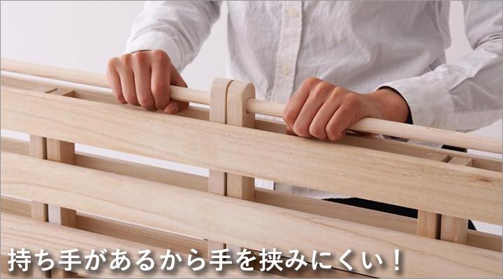 本体の中心部には筒状の持ち手付き。折り畳む際や持ち運ぶときも手を挟みにくい。