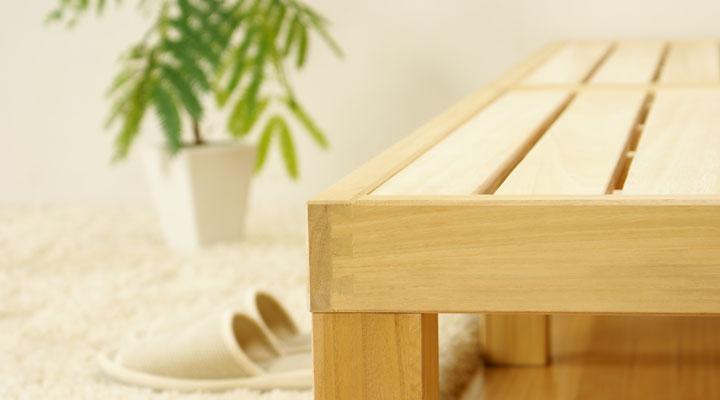 脚部と枠組みに厚みが70mmもある太い無垢材を使用。