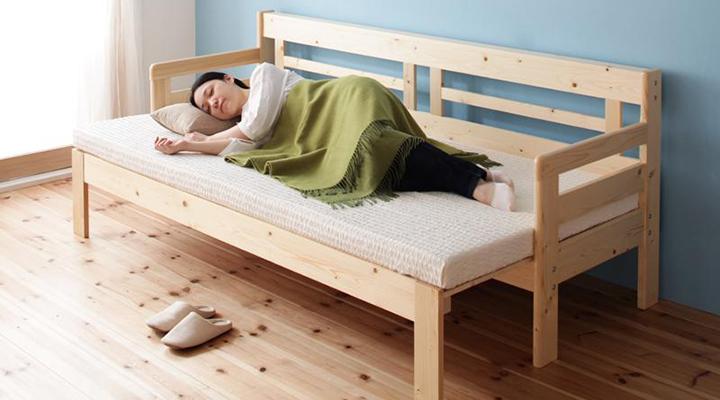 ちょっと横になりたいときや寝るときには、すのこを引き出してベッドに。