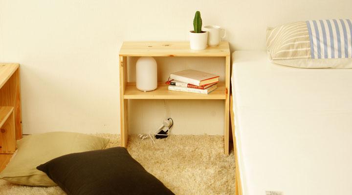 ベッド脇にあるとなにかと便利な檜製ナイトテーブル