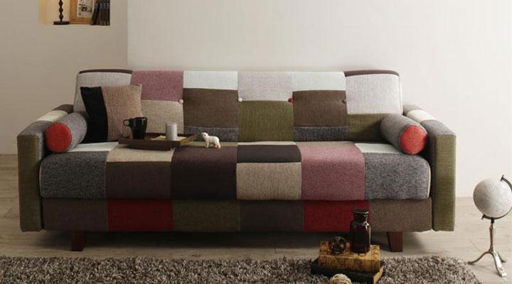 パッチワークデザインのソファーベッド。