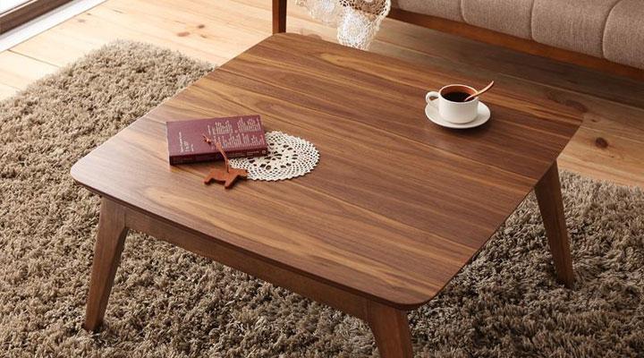 ウォルナット調のこたつテーブル。