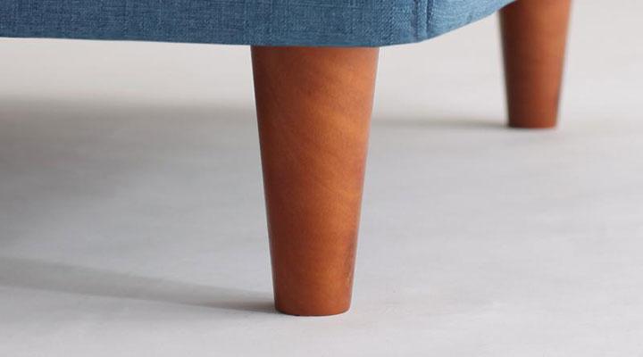 脚部は天然木デザイン。
