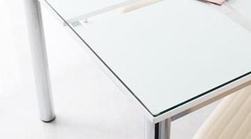 厚さ8ミリの強化ガラス仕様。