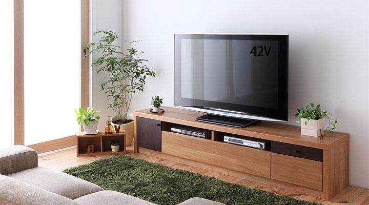 天然木を使ったテレビボード。