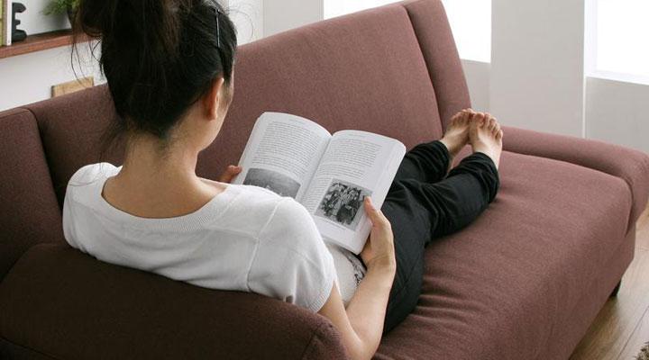 ひじ掛けを背もたれにして読書。