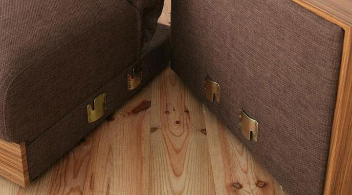座面は金具で固定。