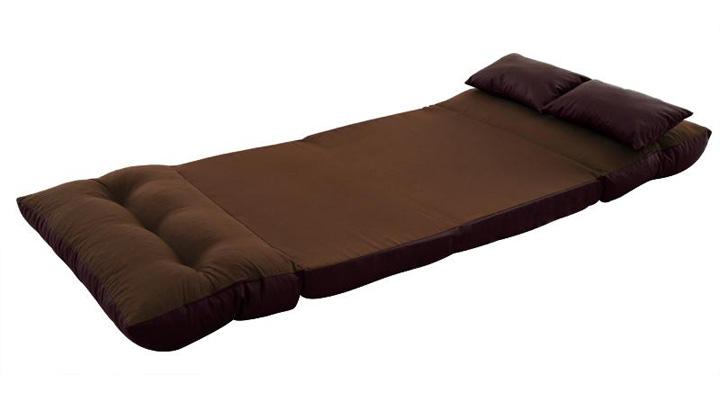 折りたたみを開くとベッドになる。